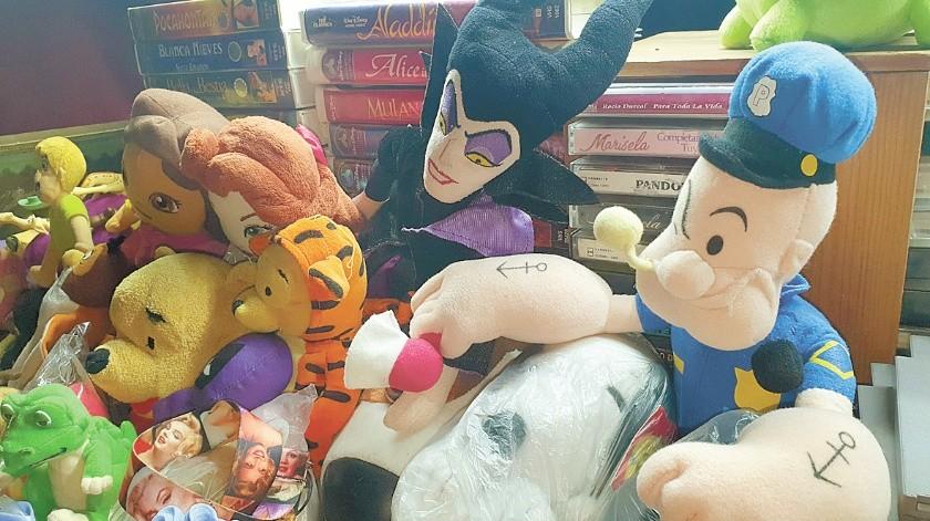 José Luis Benítez, de 44 años de edad, es coleccionista de juguetes. Vende, compra e intercambia estos artículos los fines de semana en la Plaza Bicentenario de esta capital sonorense.(Anahí Velásquez)