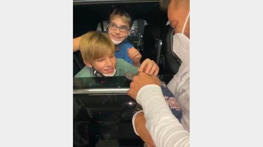 Ricky Martín tomó al nuevo miembro de la familia para acercarse al carro donde se encontraban los gemelos y así mostrárselos.(Cortesía Facebook)