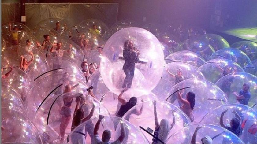 The Flaming Lips usa burbujas gigantes para imponer el distanciamiento social en concierto(Tomada de la red)