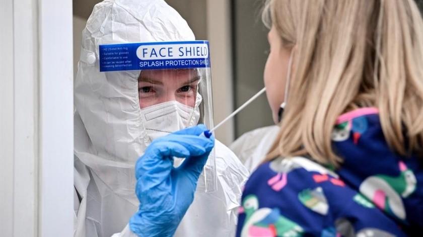 La semana pasada la canciller Angela Merkel se reunió con los jefes de Gobierno de los 16 estados federados para coordinar medidas contra el repunte de la pandemia.(EFE)