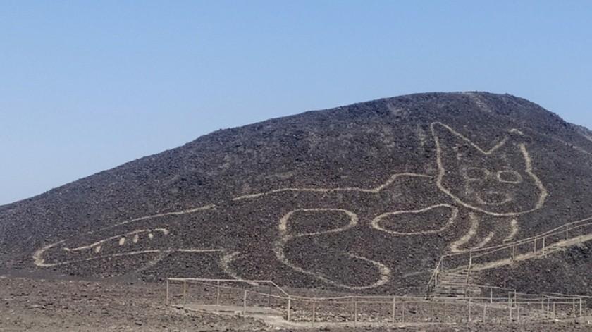 Encuentran un gato gigante dibujado en una famosa colina(Twitter @MinCulturaPe)