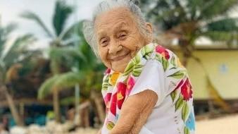 Una abuelita de 94 años de edad se hizo viral al mostrar su familia la expresión de felicidad por conocer el mar por primera vez