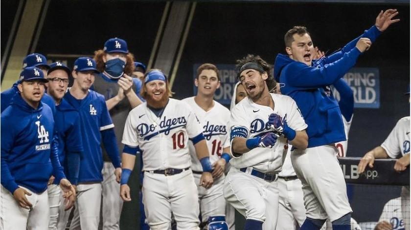 Los Dodgers celebran durante el juego.(EFE)