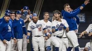 Los Dodgers celebran durante el juego.