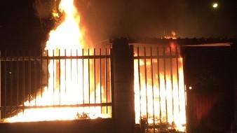 Prenden fuego a contenedores en campo deportivo Alamitos