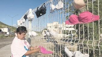 Las Cucas (Colonias Unidas Contra el Cáncer) colocan tenderos de brasieres en algunos bulevares de la ciudad para concientizar sobre el cáncer de mama.