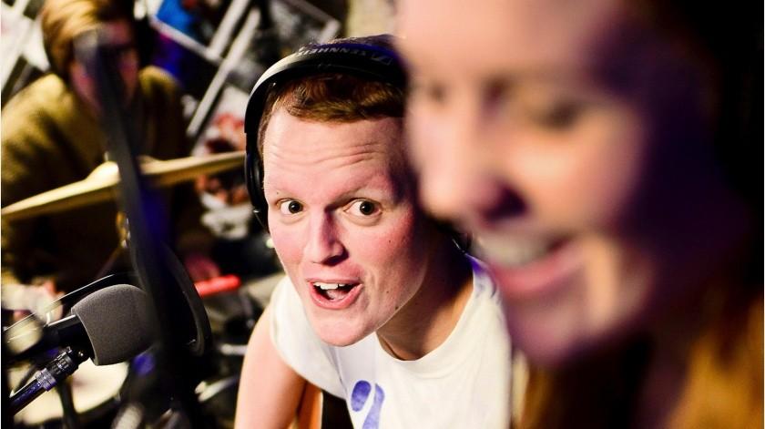 """Zach Sobiech toca la guitarra mientras su amiga Samantha """"Sammy"""" Brown canta una canción que escribieron juntos esa misma noche, """"Star Hopping"""", en Lakeland, Minnesota.(AP)"""