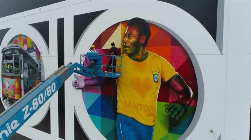 El artista brasileño Kobra trabajando en su mural de Pelé en la ciudad de Santos, Brasil).(EFE)
