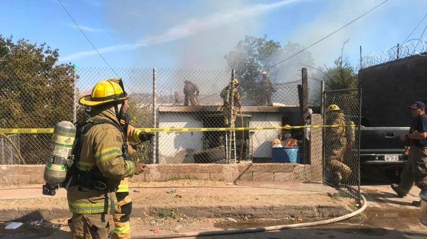 Bomberos intentan apagar el fuego en un domicilio de la colonia Lomas de Nogales Dos.(Manuel Jiménez)