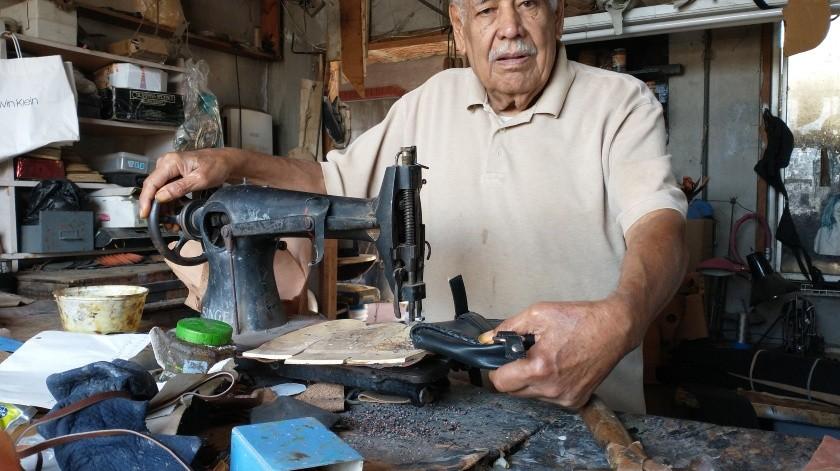 Don Alfonso Frausto Rodríguez busca el apoyo de los empresarios para vender su mercancía.(Khennia Reyes)