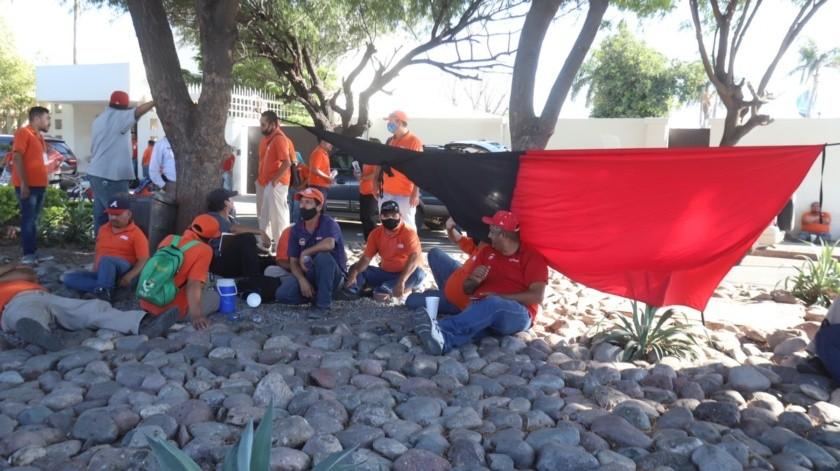 Más de 200 operadores de transporte público de Hermosillo se manifiestan ante casa de la Gobernadora(Teodoro Borbón)