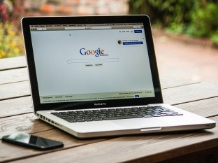 La justicia de Estados Unidos presentó una denuncia contra Google por las presuntas prácticas de la firma para bloquear a la competencia. Se trata del mayor caso contra una firma tecnológica de las últimas décadas.