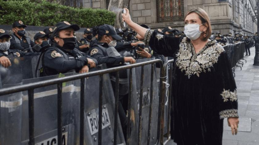 Indigna foto de senadora Xóchitl Gálvez rociando a policías(Twitter)