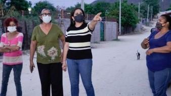 La alcaldesa Célida López visitó a los residentes de la colonia Altares.