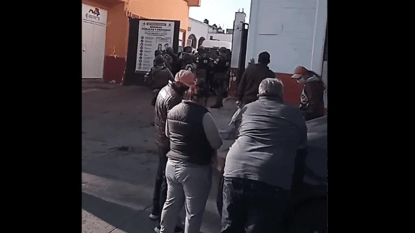 El operativo de la Fiscalía mexiquense, fue custodiado por personal de la Guardia Nacional y policías estatales, quienes mantienen un cerco de seguridad en las inmediaciones.(Especial)