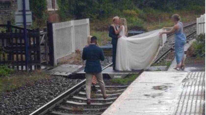 Empresa ferroviaria ataca a recién casados por hacer sesión de fotos en una vía de tren(Tomada de la red)
