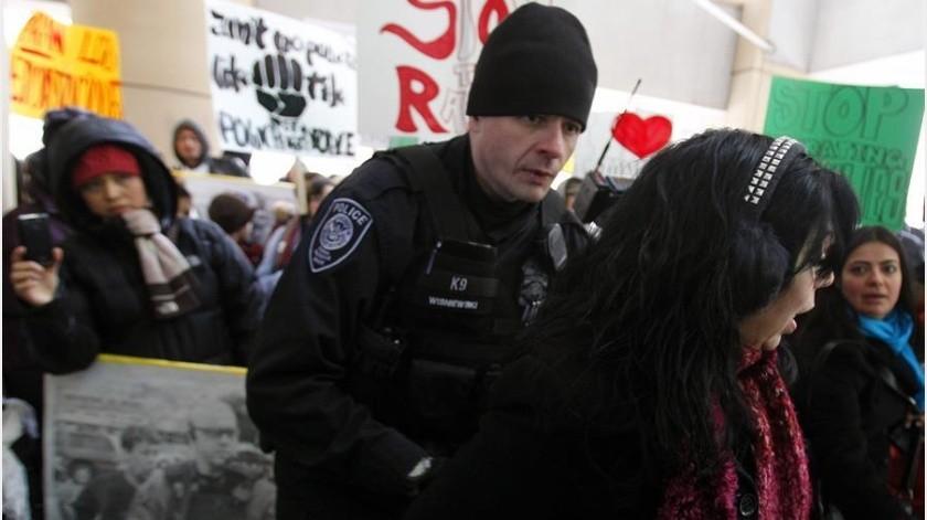 A quién amenazan las deportaciones rápidas sin audiencias judiciales, implementadas por Trump(EFE)