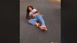 Joven se cae hasta al piso al realizar video en TikTok