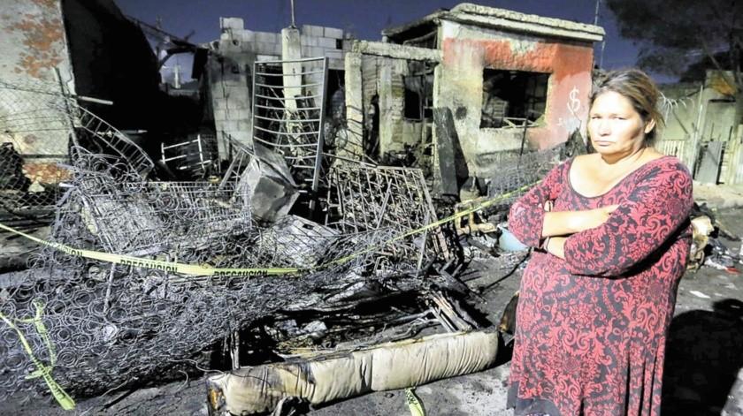 A la señora Beatriz se le quemó su vivienda en la colonia Insurgentes, y tanto ella como su hija se quedaron sólo con lo que traían puesto.(Eleazar Escobar)