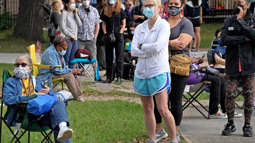 Electores hacen una larga fila en el Centro Comunitario Lake Vista para depositar su voto en forma adelantada, en Nueva Orleans.(AP)