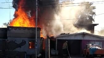 Incendio acaba con casa en Los Encinos