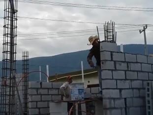 Los trabajadores podrán construir en un terreno propio o ampliación de su casa, sin tener que contratar la compra de una vivienda a una constructora o inmobiliaria; los primeros cinco créditos de ConstruYO Infonavit se entregaron en Oaxaca.