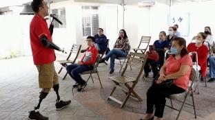 Un accidente lo dejó sin manos ni pies, pero eso no lo detuvo, Aarón Acosta Mx comparte su historia e imparte una conferencia con la asociación Duchenne Tijuana por su 2do aniversario.
