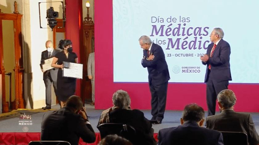 En Palacio Nacional y para celebrar el Día de las Médicas y los Médicos se otorgaron dos condecoraciones y 12 premios en materia de salud pública.(Especial)