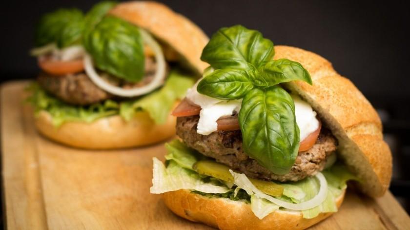 La posibilidad de limitar las denominaciones de la hamburguesa y salchicha a los alimentos fabricados con carne había generado un encendido debate en las últimas semanas entre el lobby del sector cárnico y las organizaciones ecologistas.(Pixabay)
