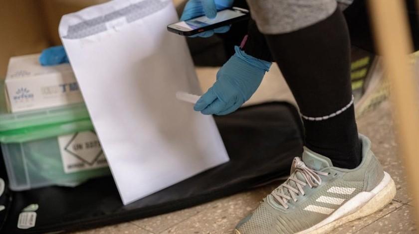 Mensajeros en bicicleta acercan en Viena a casa pruebas PCR sencillas y gratis para que quienes tienen síntomas de la covid-19(EFE)