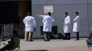 En medio de pandemia miles de médicos conmemoran su día.
