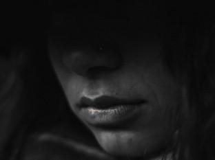 Mujer intenta ignorar acoso, hombre la sigue y le hace tocamientos