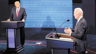 El candidato presidencial demócrata Joe Biden, responde a una pregunta mientras el presidente Donald Trump escucha durante el debate preelectoral del 22 de octubre en Nashville, Tennessee.