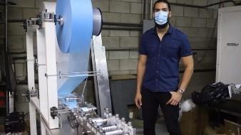 Construye máquina que produce cubre bocas