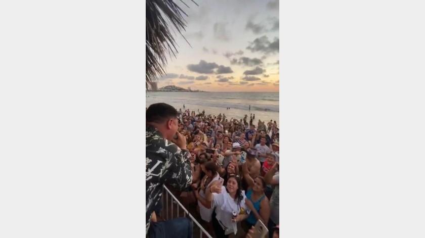 Los cantantes estuvieron todo el tiempo bajo una palapa, mientras que abajo en la arena pegado al mar, los fanáticos que disfrutaron de este mini concierto gratuito.(Cortesía Instagram)