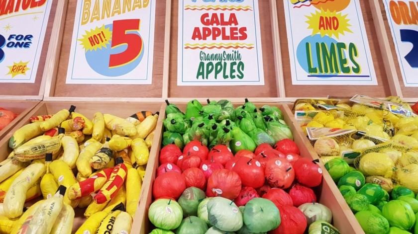 """Vista de frutas y verduras hechas con bolsas de plástico, en la instalación de arte """"Supermercado de bolsas de plástico"""".(EFE)"""