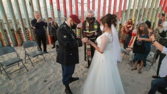 Se casan defensores de migrantes en muro de Playas de Tijuana