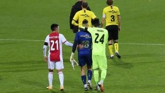 El portero del Ajax Andre Onana consuela a Delano van Crooij, portero del Venlo.