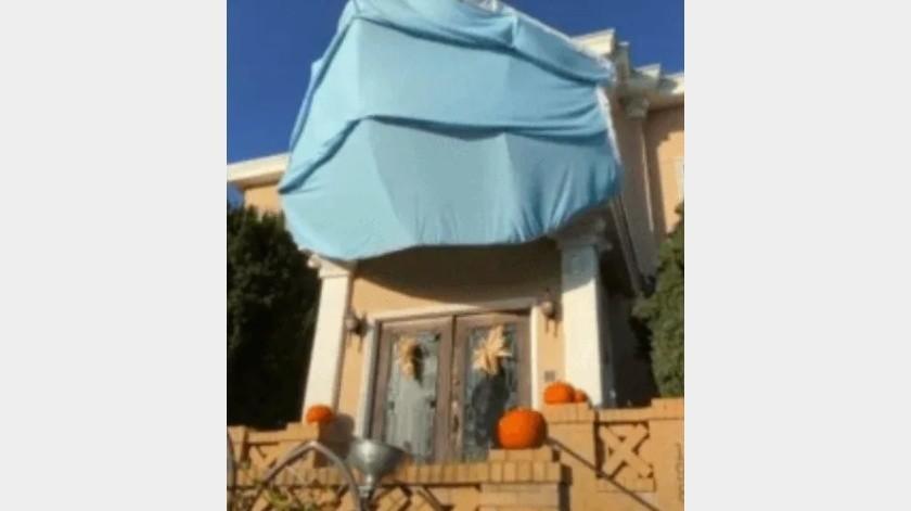 Pone gran cubrebocas a su casa para festejar Halloween(Tomada de la red)