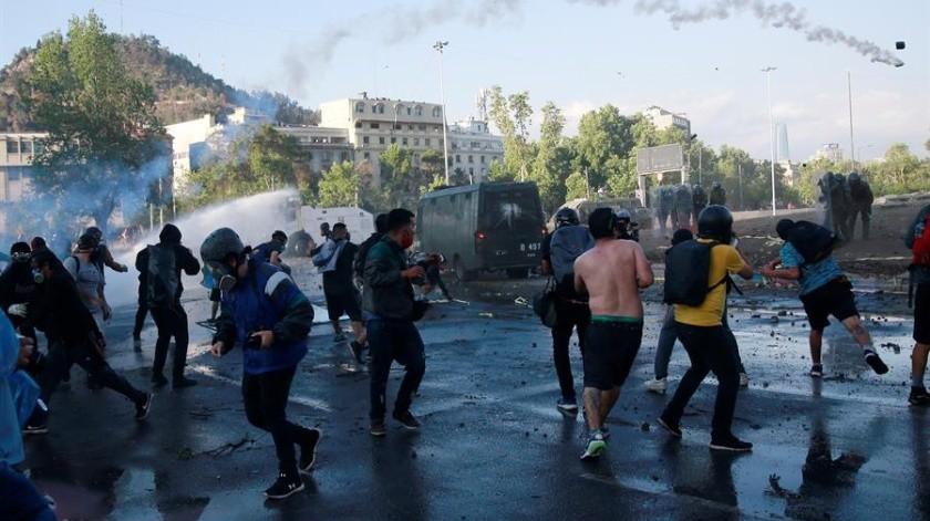 Manifestantes se enfrentaron a la policía hoy, durante una toma de la Plaza Italia, en Santiago (Chile).(EFE)