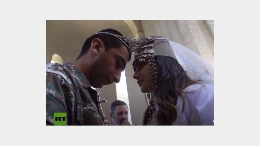 Esta pareja se casa en medio de la guerra(Instagram)