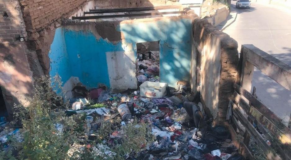 Muchas de las casas abandonadas se convierten en basureros clandestinos en Nogales.