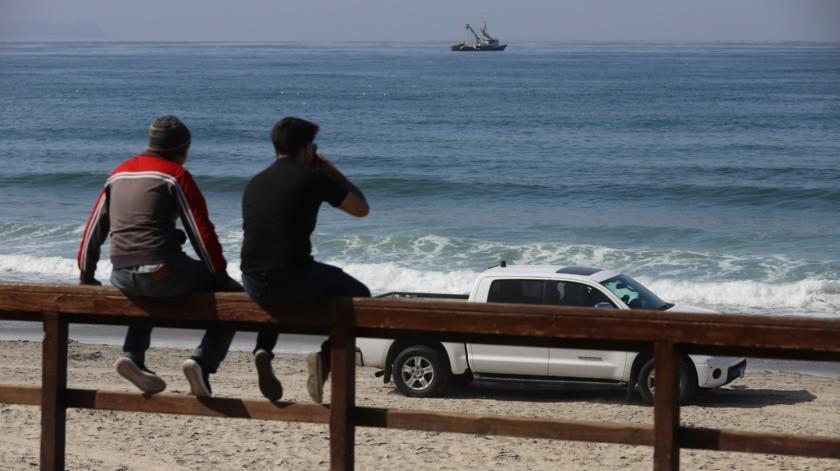 Los visitantes se vieron respetuosos de las indicaciones de Bomberos de entrar a la playa.(Archivo)