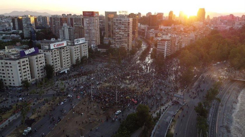 """Los chilenos votaron masivamente a favor de una nueva Constitución y en las celebraciones por la victoria del """"Apruebo"""" muchos también hicieron ondear una bandera diferente a la de Chile. ¿De dónde viene y qué significa?(EFE)"""