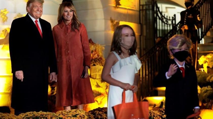 El presidente de los Estados Unidos, Donald J. Trump, y la primera dama Melania Trump saludan a los niños disfrazados durante un evento de Halloween en el jardín sur de la Casa Blanca en Washington, DC(EFE)