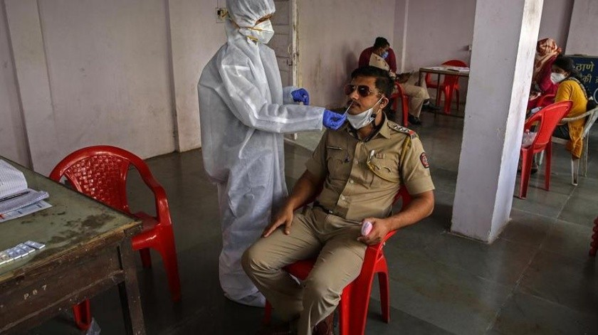 La OMS dice que a quien aún niega la pandemia hay que persuadirle(EFE)