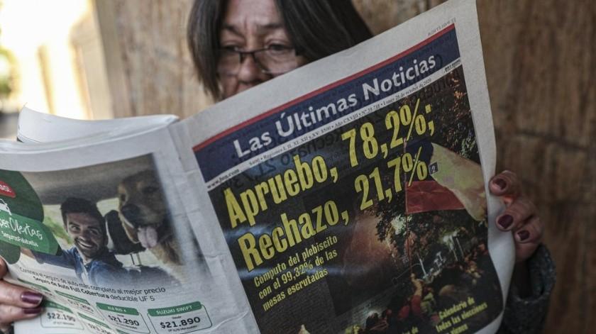 """En una jornada histórica para Chile, la opción """"Apruebo"""" ganó abrumadoramente en el plebiscito para redactar una nueva constitución. En este video analizamos el contundente triunfo.(EFE)"""