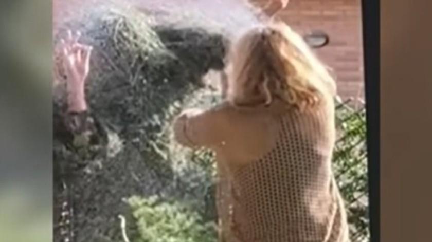 Joven da tremendo susto su madre en el jardín; la reacción se hace viral