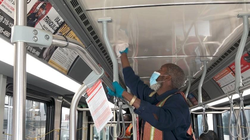 Empleados con discapacidades forman parte del equipo para desinfectar autobuses