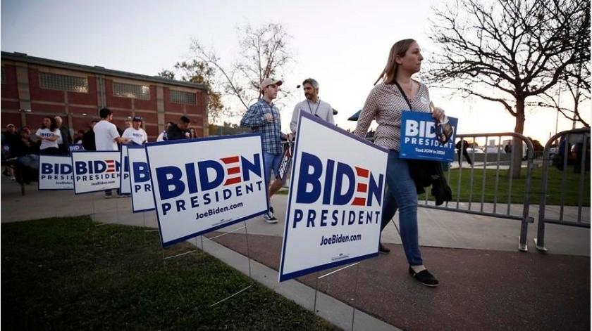 Roba excavadora para tumbar carteles de Joe Biden(EFE)